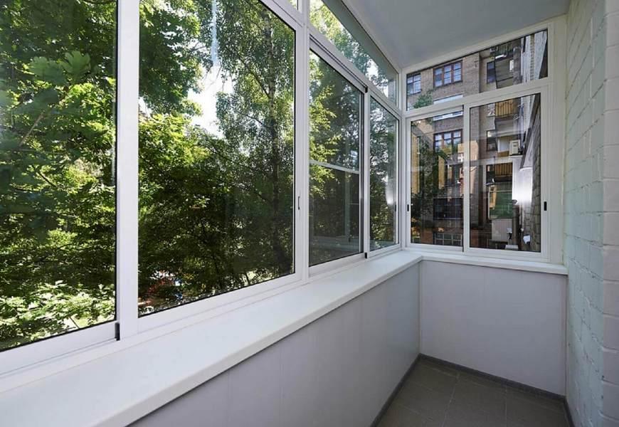 Балкон алюминиевый системы Provedal, внутренняя отделка пластиковыми панелями